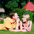 jeune couple portant sur l'herbe — Photo