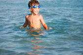 Gelukkige jongen zwemmen in de zee — Stockfoto