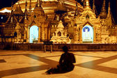 Praying woman in shwedagon temple, Myanmar — Foto Stock