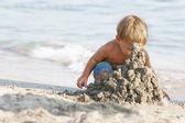 Kumlu sahilde oynarken erkek bebek — Stok fotoğraf