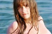 Portret van mooi meisje op zee achtergrond — Stockfoto