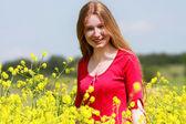 Portrait en plein air de belle fille avec des cheveux longs en jaune flowe — Photo