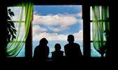 Família de férias, silhuetas no fundo do céu — Foto Stock