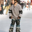 Young boy rollerskating in city - Foto Stock