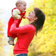 Happy mother and child on nature — Stockfoto