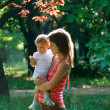 Pregnant woman with baby in park — Stock fotografie