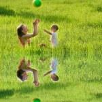 mère et fils jouer avec la boule colorée — Photo #12616007