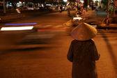 žena v tradiční vietnamský klobouk v noci — Stock fotografie