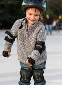 微笑的男孩在溜冰鞋户外 — 图库照片
