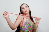 Garota atraente com contas vermelhas — Foto Stock
