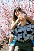 Casal feliz no fundo jardim primavera — Foto Stock