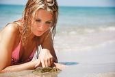 Jovem bela mulher jogando com caranguejo na praia — Foto Stock