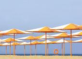 Kleurrijke paraplu's op strand — Stockfoto