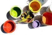 Latas con colores parcialmente aislados en blanco — Foto de Stock