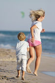 Madre e hijo corriendo en la playa — Foto de Stock