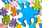 Puzzle colorati sopra bianco — Foto Stock