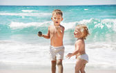 Two kids playing on sea background — Stock Photo