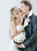 Jeune couple heureux le jour de leur mariage — Photo