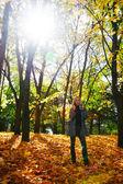 Sola mujer posando en el parque otoño — Foto de Stock