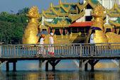 Caminar sobre el puente de madera sobre fondo asiático palacio — Foto de Stock