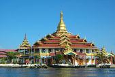 Tempio buddista su un lago — Foto Stock