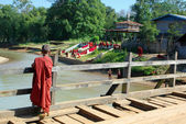 Joven monje en puente de madera — Foto de Stock