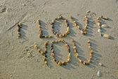 """""""ich liebe dich"""" von muscheln am sandstrand — Stockfoto"""