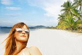 Jong meisje op zand strand in de tropen — Stockfoto