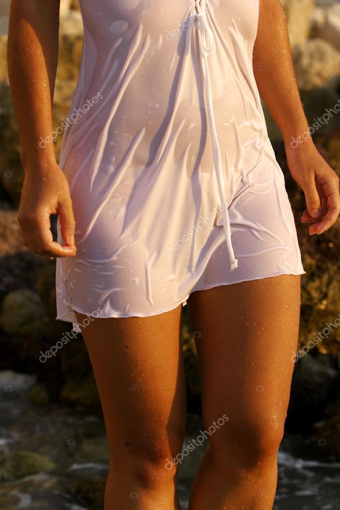женщины на улицах в облегающем прозрачном мокром фото