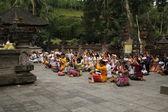 Orando no templo — Foto Stock