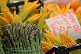 Asparagus and Courgette Flowers at a Traditional Market in Rome — Stock Photo