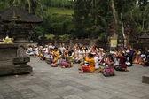 Rituální očista obřadu v tampak plodit, bali indonésie — Stock fotografie