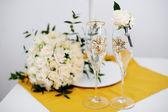 Occhiali da sposa e sposo boutonniere — Foto Stock