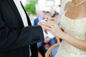 Manos de la novia y el novio con boda anillo — Foto de Stock