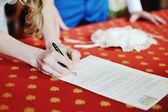 Bruden underteckna äktenskapslicens eller bröllop kontrakt — Stockfoto
