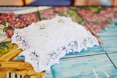 Bagues de mariage or sur un oreiller blanc — Photo