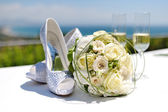 Beautiful bouquet of roses and wedding shoes — Stock Photo