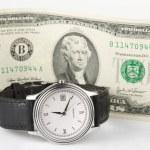 Zeit und Geld - Hand-Uhr mit 2-Dollar-Schein — Stockfoto