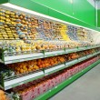 Foto Stock: Shelf with citrus fruits in supermarket