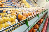 Estante con frutas — Foto de Stock