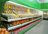 Shelf with citrus fruits in supermarket — Stock Photo