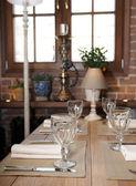 Mesa em um restaurante de cozinha rústica — Foto Stock