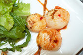 Grilled scallops with lettuce, indian style — Stock Photo