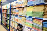 Estante grande con textiles — Foto de Stock