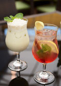 Two refreshing cocktails — Stock Photo