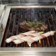 Fleisch und Speck auf grill — Stockfoto
