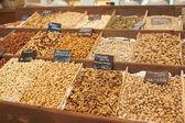 Různé oříšky na tržišti — Stock fotografie
