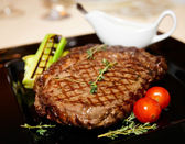 Rib eye steak with vegetables — Stock Photo