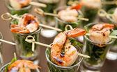 Saboroso aperitivo de camarões e rúcula — Fotografia Stock