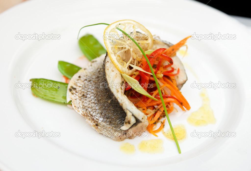 Plato de alta cocina de lubina foto de stock serreitor for Platos de alta cocina